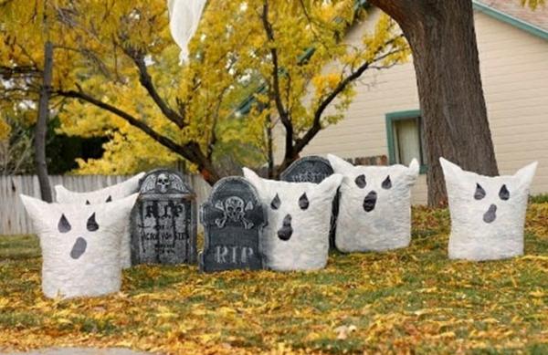 idée de décoration halloween extérieur fait maison fantômes sacs de poubelle pleins de feuilles