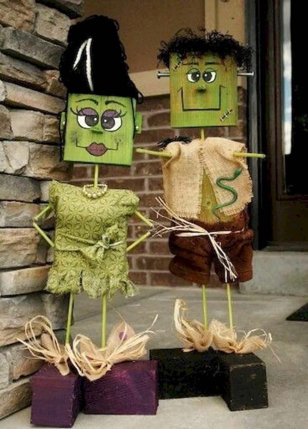 idée de décor halloween extérieur frankenstein et sa femme faits en cubes de bois
