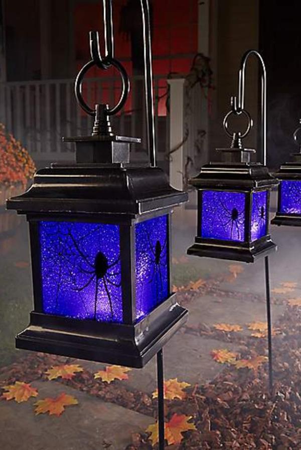 idée de décor halloween extérieur lanternes en métal pleines d'araignées