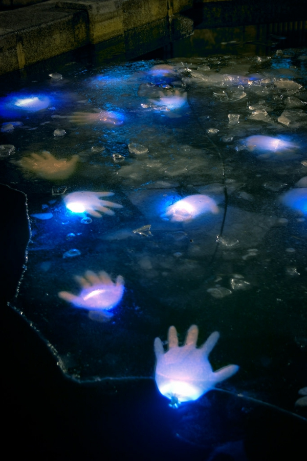 idée de décoration extérieur halloween diy mains de zombies scintillantes dans l'eau réalisées à l'aide de gants en latex