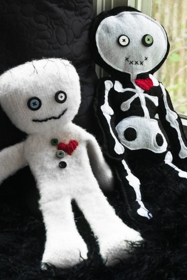 idée de décor halloween extérieur momie et squelette faites en textile