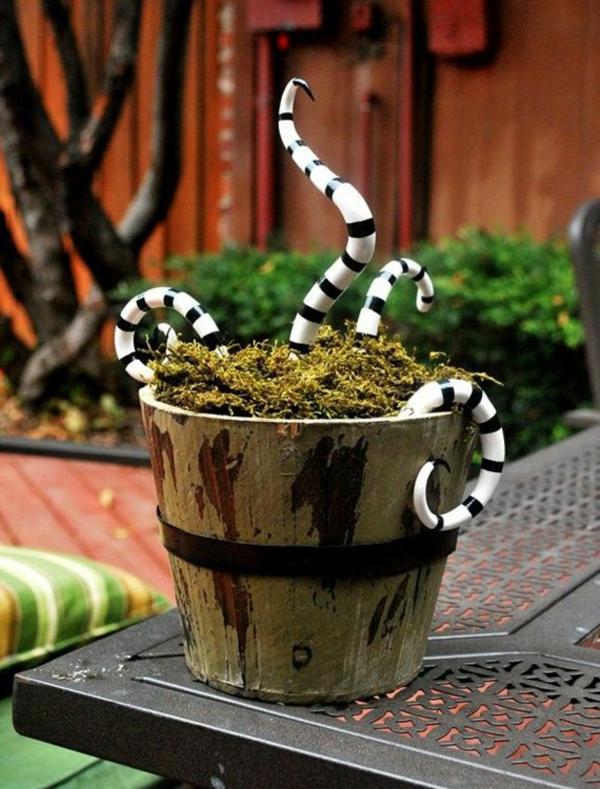 idée de déco extérieure pour halloween pot de plante plein de serpents