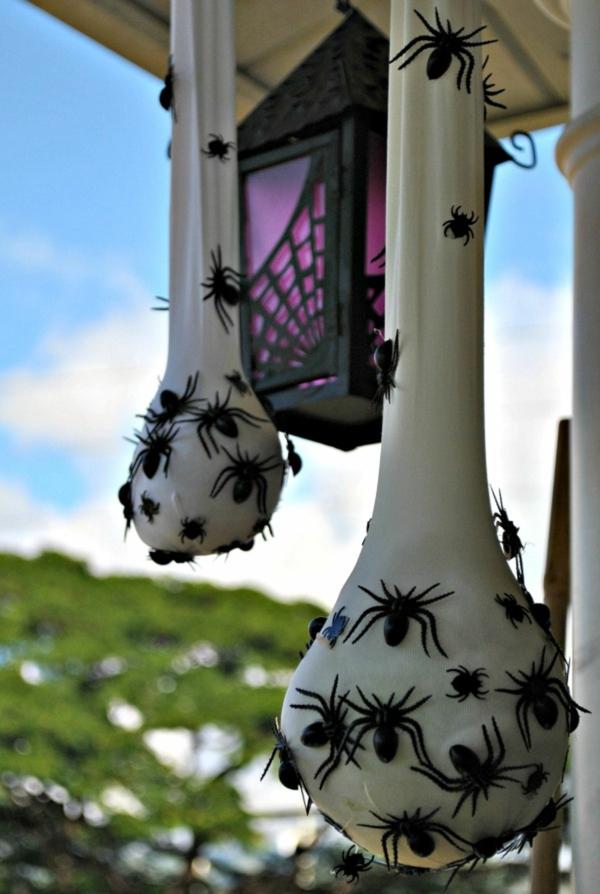 idée de décoration extérieur halloween diy sacs d'oeufs d'araignées faits de collants