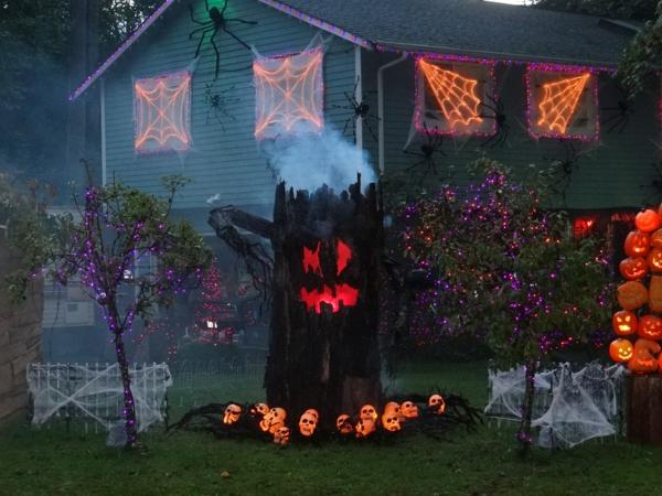 idée de décor halloween extérieur tronc d'arbre illuminant