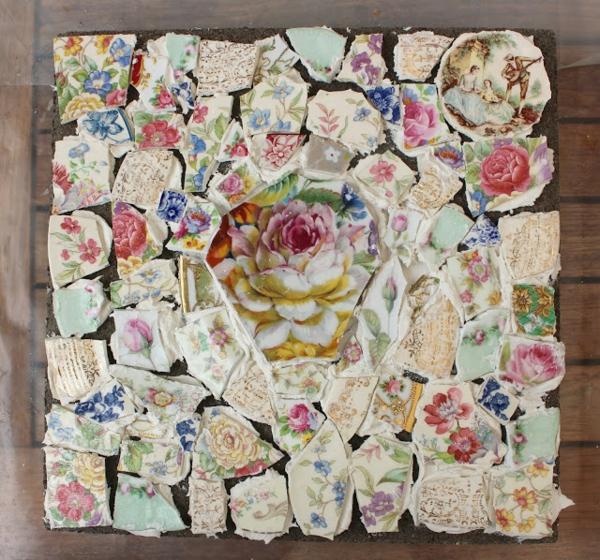 diy dalles de cheminement décorées de pièces de porcelaine