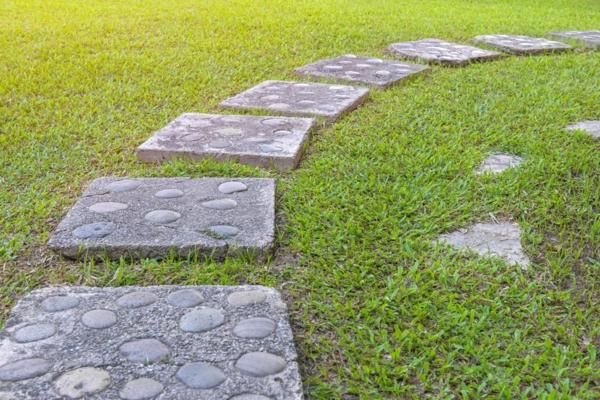 diy dalles de cheminement en béton et pierres rondes