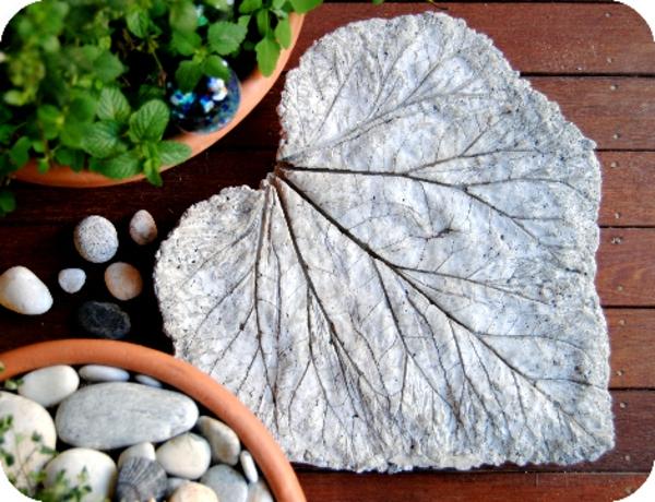 diy dalles de cheminement sous la forme de feuilles