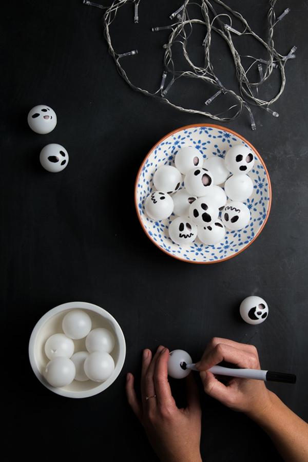 fabriquer un fantôme pour halloween de balle plastique