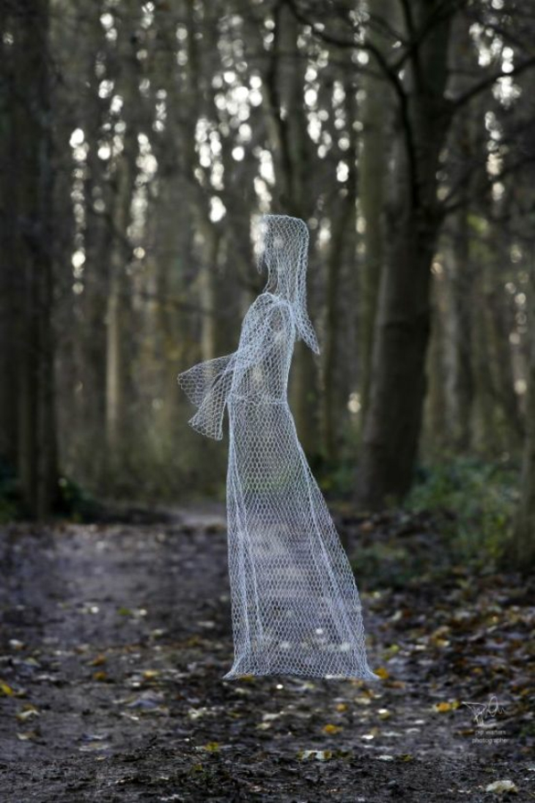 fabriquer un fantôme pour halloween de grillage métallique