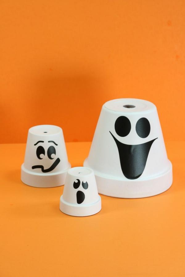 fabriquer un fantôme pour halloween de pot de terre cuite