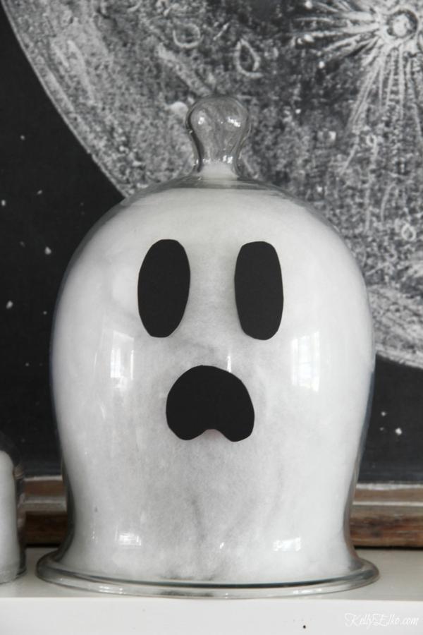 fabriquer un fantôme pour halloween en coton cloche en verre