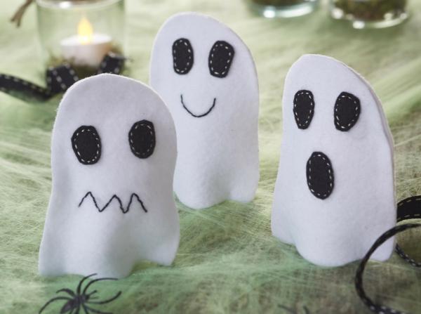 fabriquer un fantôme pour halloween en feutrine