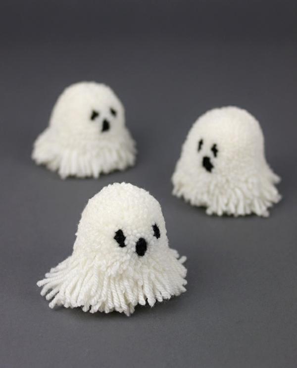 fabriquer un fantôme pour halloween en pompon