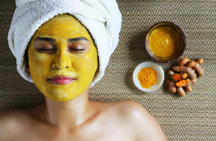 femme masque visage bienfaits du curcuma