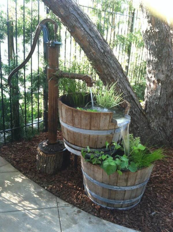 fontaine extérieure de jardin sous l'arbre