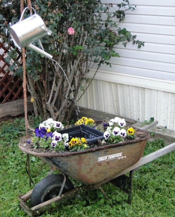 fontaine extérieure de jardin une vieille brouette