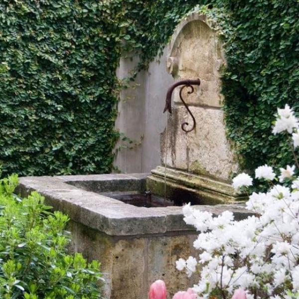 fontaine extérieure de jardin très, très vieille