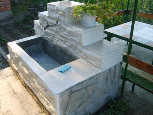 fontaine extérieure de jardin une vasque profonde
