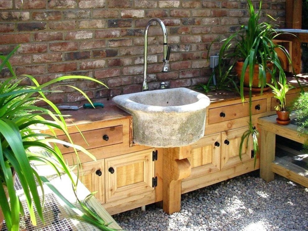 fontaine extérieure de jardin combinaison de béton et de bois