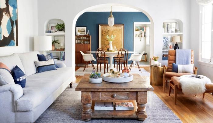 idée de salon blanc et bleu foncé
