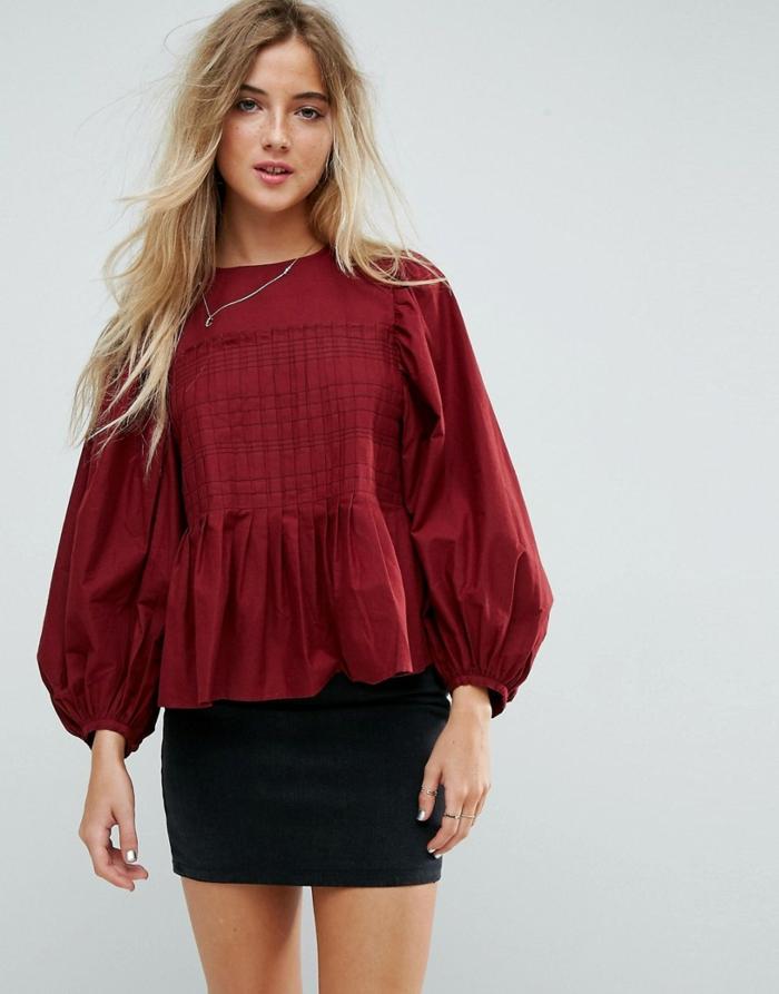 jupe courte noire et blouse à manches bouffantes