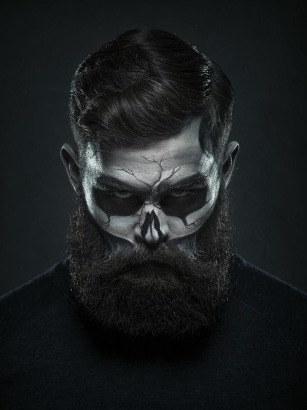 maquillage halloween homme à la barbe longue tête de mort