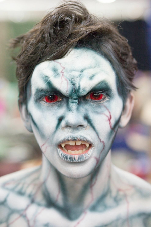maquillage halloween homme vampire yeux rouges peau fissurée