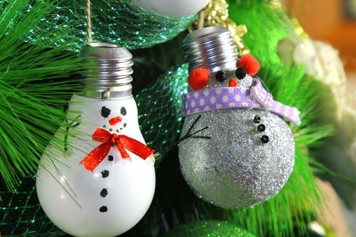 projet diy noël déco sapin avec ampoule électrique bonhomme de neige en chaussette