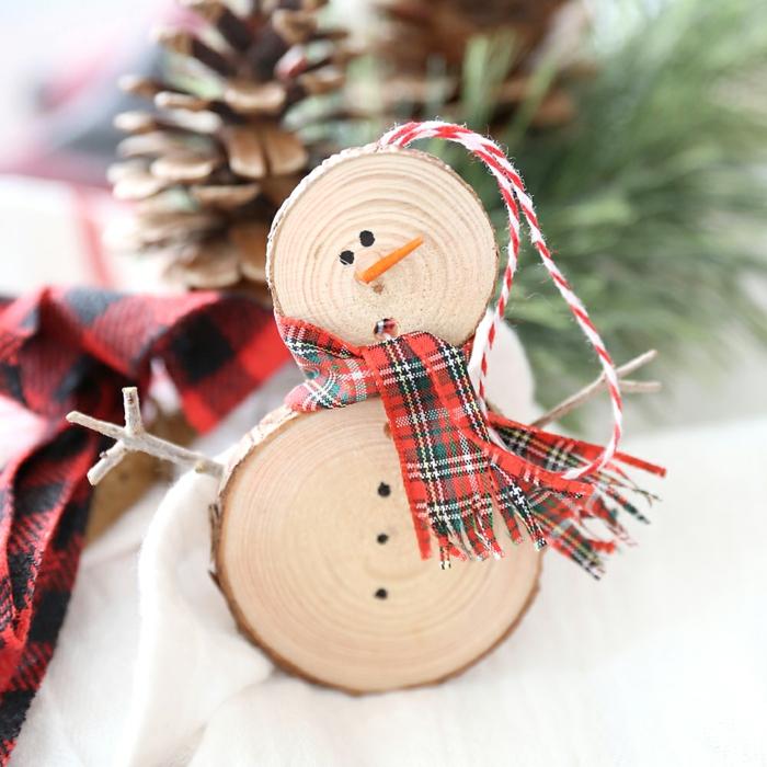 rondins de bois idée pour noël bonhomme de neige en chaussette