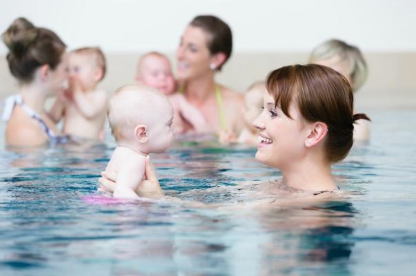 nager avec le bébé sport après accouchement