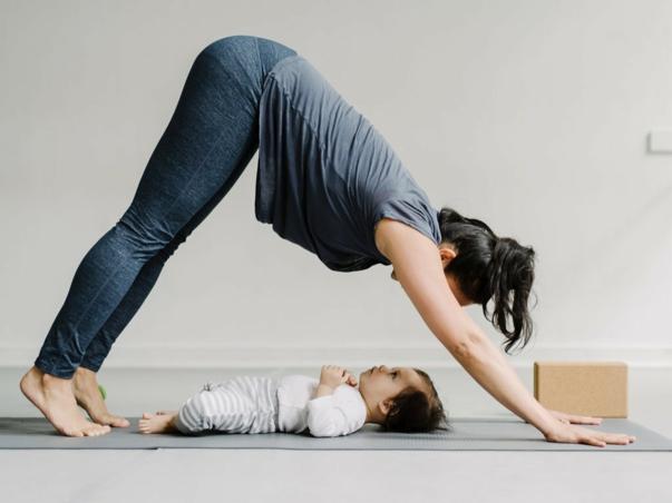 pratiquer du yoga à la maison après l'accouchement