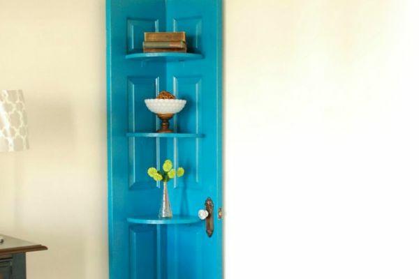 transformer une vieille porte en bois en meuble pratique étagère d'angle