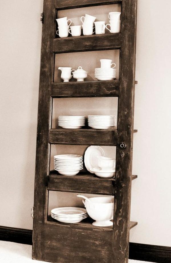 transformer une vieille porte en bois en meuble pratique étagère de cuisine