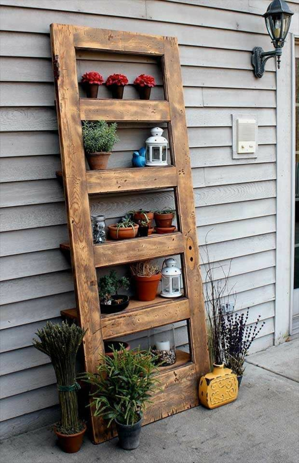transformer une vieille porte en bois en meuble pratique étagère de jardin
