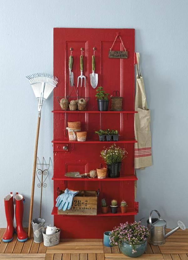 transformer une vieille porte en bois en meuble pratique étagère pour outils de jardin