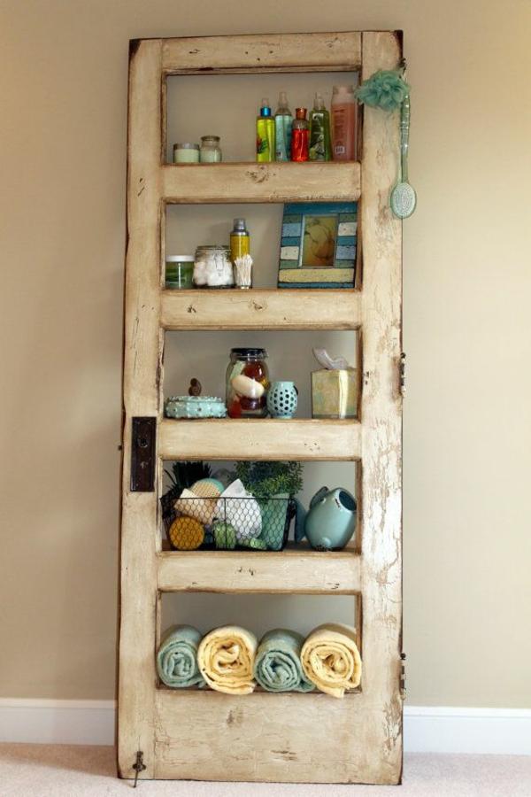 transformer une vieille porte en bois en meuble pratique étagère salle de bains
