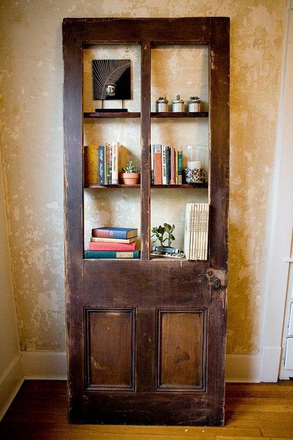 transformer une vieille porte en bois en meuble pratique bibliothèque upsycling
