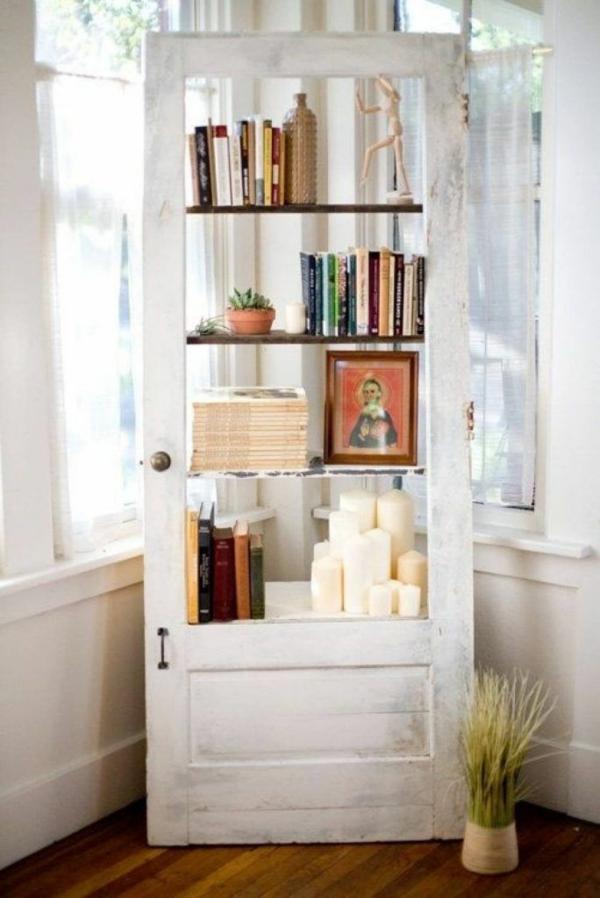 transformer une vieille porte en bois en meuble pratique bibliothèque