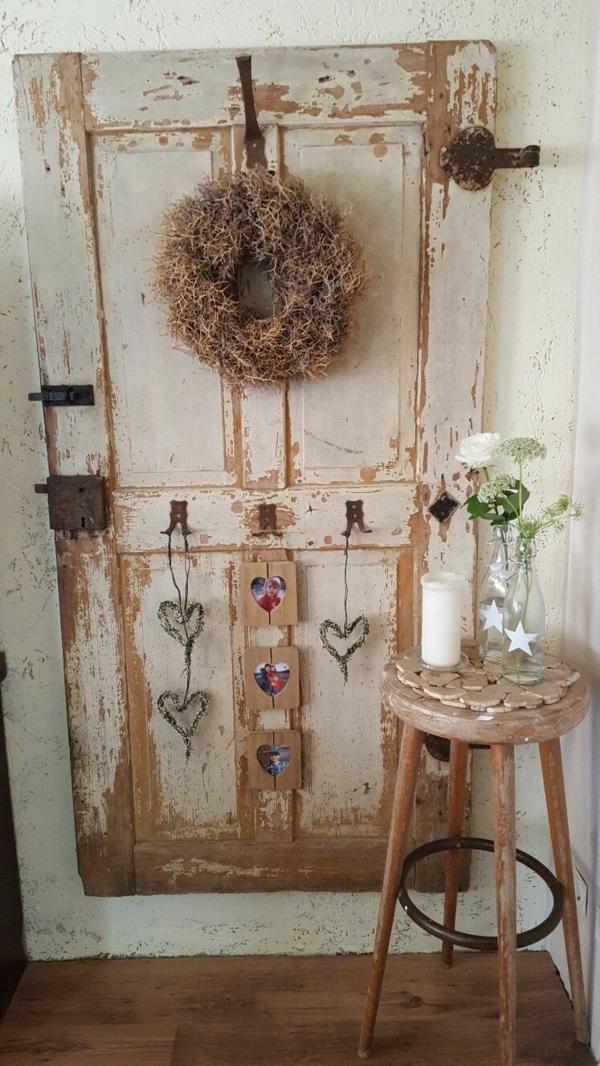 transformer une vieille porte en bois en meuble pratique déco murale rustique