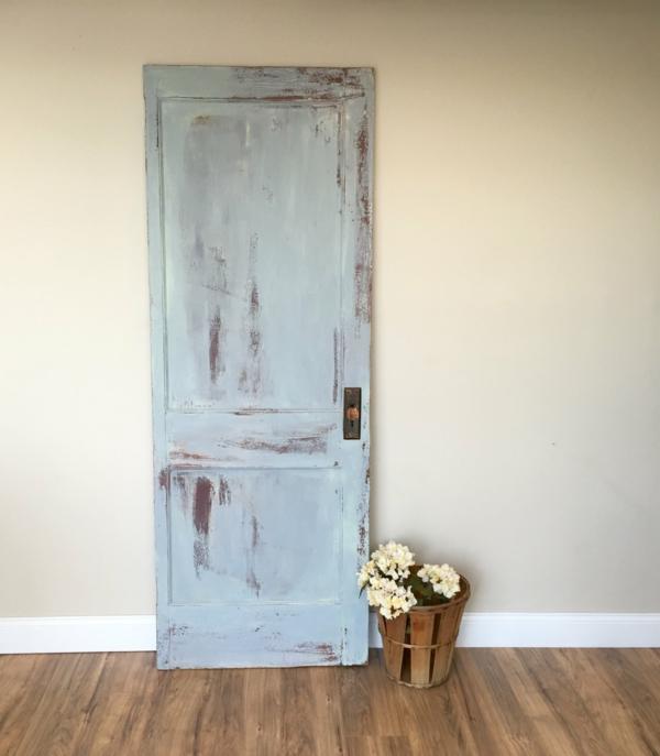 transformer une vieille porte en bois en meuble pratique déco murale vintage