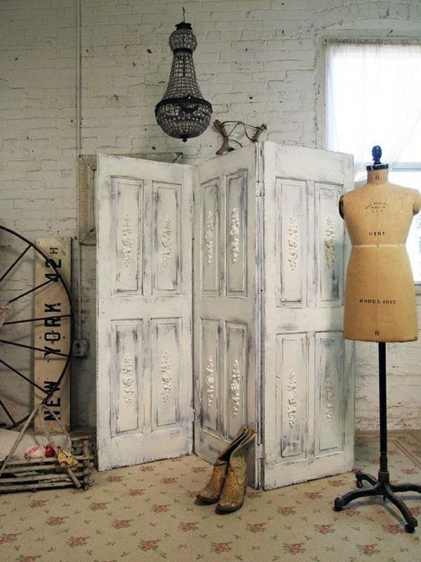 transformer une vieille porte en bois en meuble pratique paravent chambre