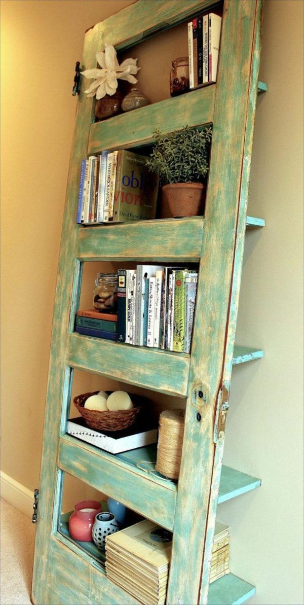 transformer une vieille porte en bois en meuble pratique petite bibliothèque de salon