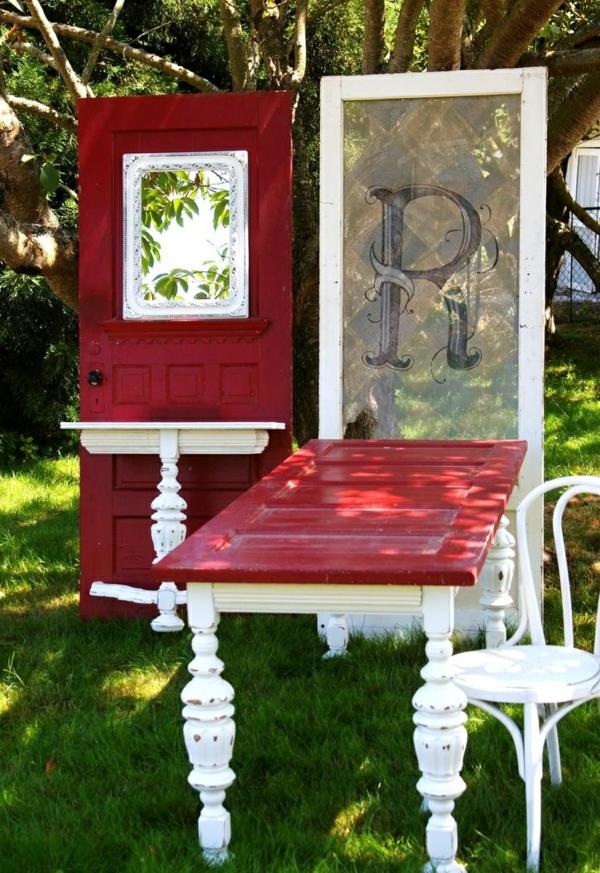 transformer une vieille porte en bois en meuble pratique salon de jardin