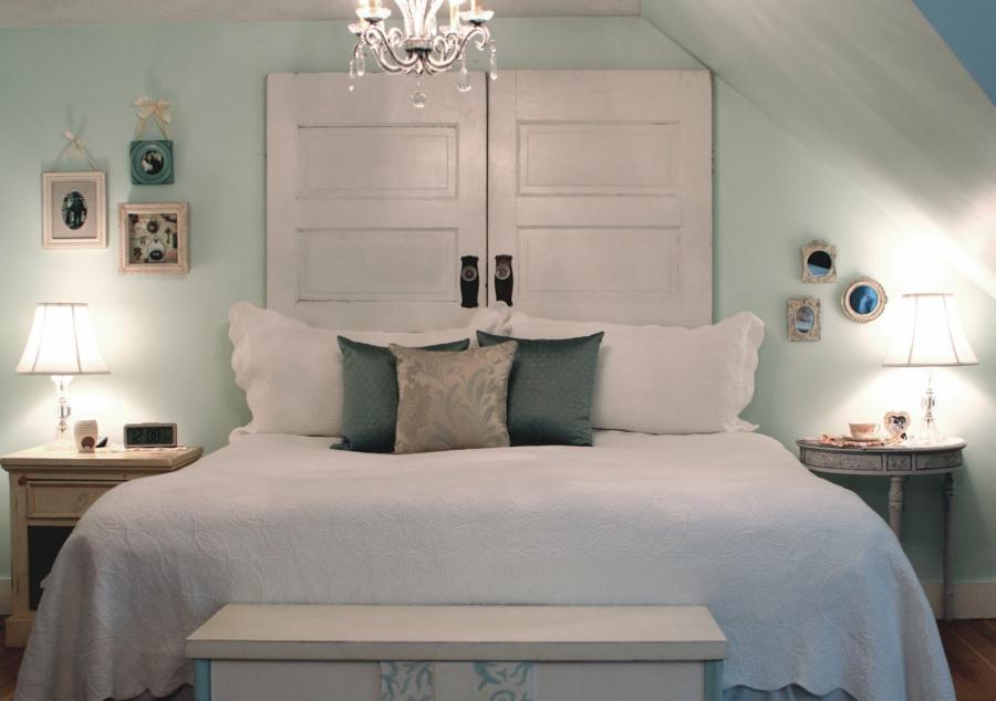 transformer une vieille porte en bois en meuble pratique tête de lit