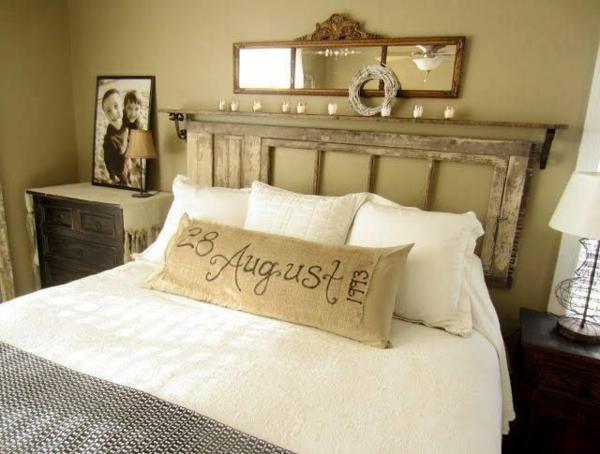 transformer une vieille porte en bois en meuble pratique tête de lit chambre vintage
