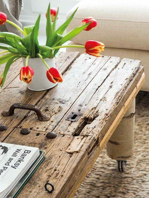 transformer une vieille porte en bois en meuble pratique table basse de salon