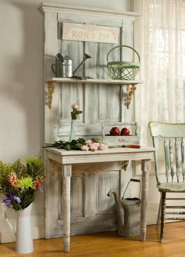 transformer une vieille porte en bois en meuble pratique table d'appoint vintage