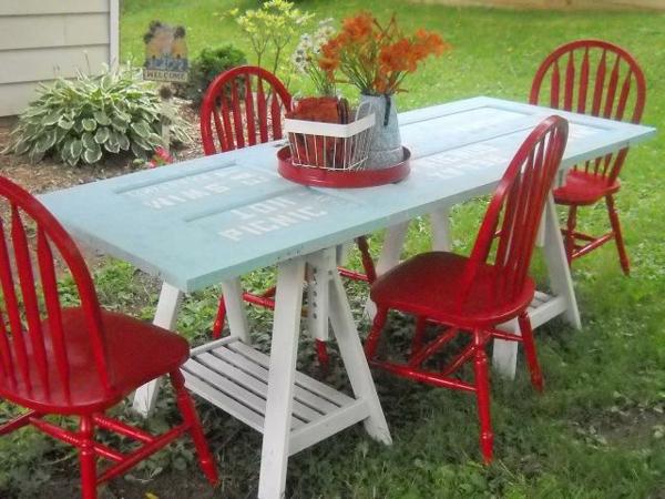 transformer une vieille porte en bois en meuble pratique table de jardin