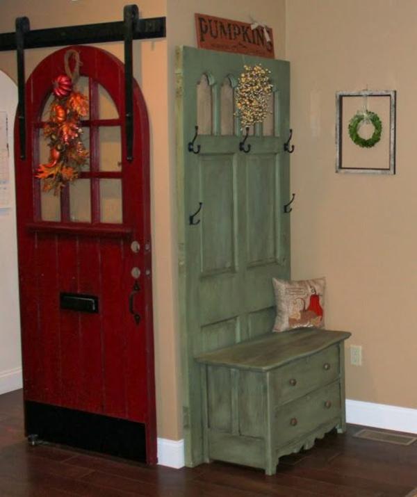transformer une vieille porte en bois en meuble pratique vestiaire vintage
