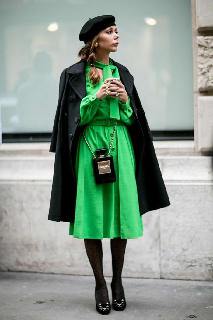 béret noir et robe verte chapeau femme hiver